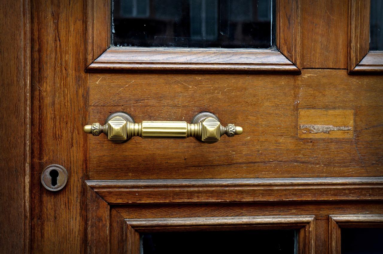 Comment installer correctement une porte d'entrée en bois ?